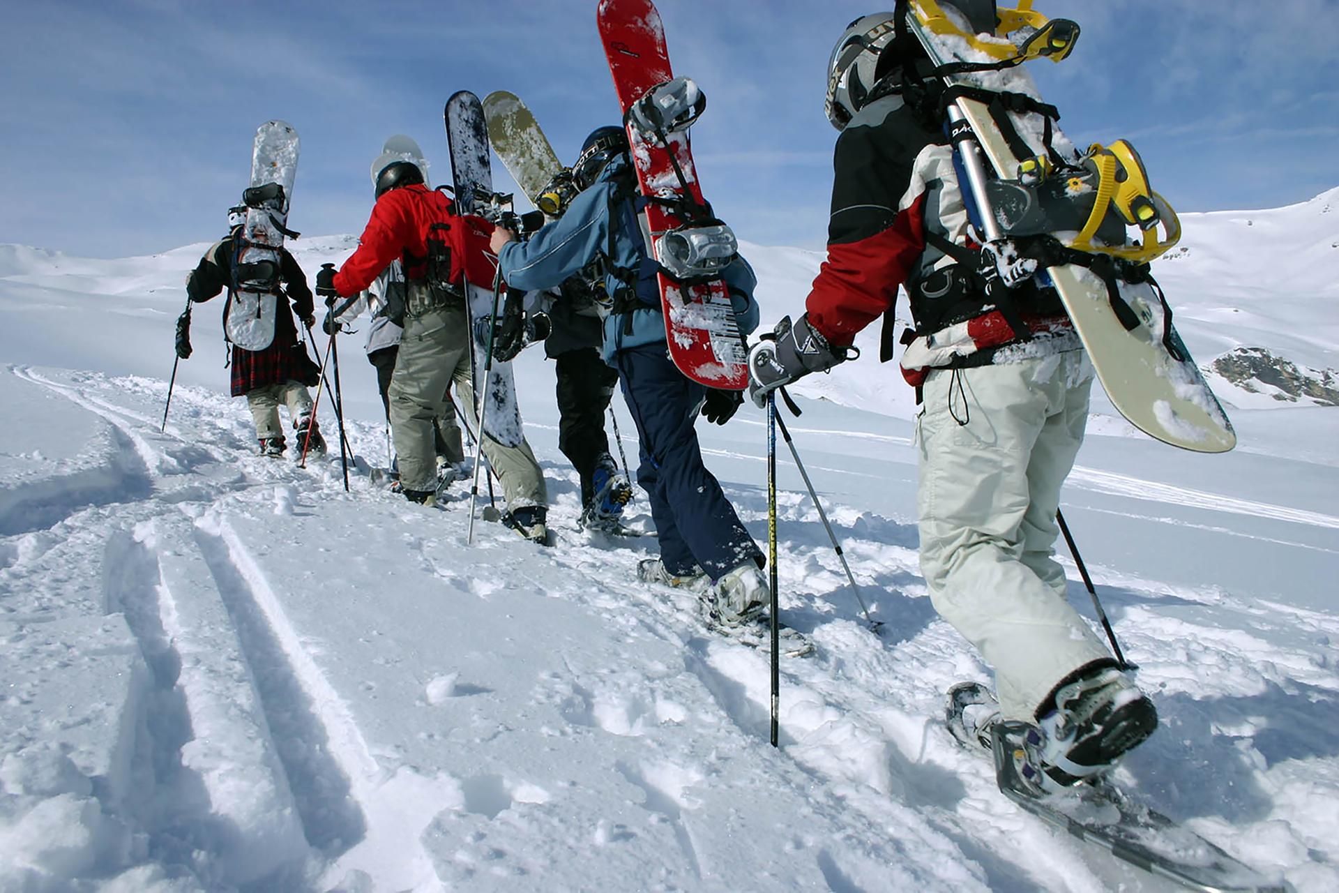 Schneeschuhwandernde Snowboarder2